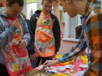 Schüler der Elektroniker-Schule aus Boleslawiec beim gesunden Plätzchenbacken