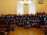 Gruppenfoto aller Schüler, Lehrer und Mitarbeiter bei der 2014er Abschlussmesse in Jelenia Góra
