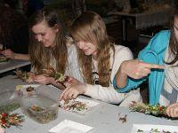 Schüler aus Rothenburg und Przewóz basteln im Freilichtmuseum Ochla polnischen Osterschmuck